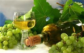 Зеленый виноград, вино, стеклянная чашка, бутылка, зеленые листья