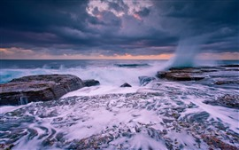Mar, fluxo de água, respingo, rochas, nuvens, crepúsculo