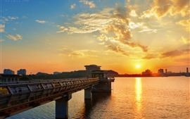 Aperçu fond d'écran Ville, pont, rivière, coucher de soleil, ciel, nuages