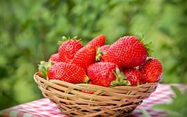 Morangos frescos, fruta deliciosa, cesta