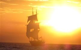 Парусник, восход солнца, туман, море