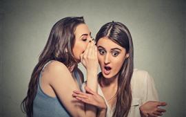 Dos chicas, información secreta, sorpresa.