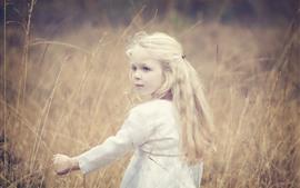 Aperçu fond d'écran Jolie fille blonde, regarder en arrière, herbe, été