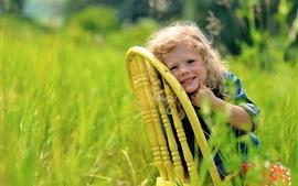 Vorschau des Hintergrundbilder Nettes kleines Mädchen, Stuhl, Gras