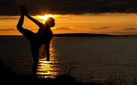 Aperçu fond d'écran Fille, pose, danse, silhouette, coucher de soleil, lac