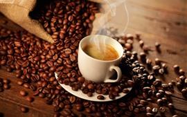 Vorschau des Hintergrundbilder Ein Tasse Kaffee, Dampf, viele Kaffeebohnen