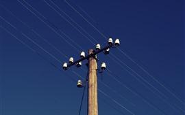 Líneas eléctricas, cielo azul