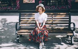 Aperçu fond d'écran Fille asseyez-vous sur un banc, un chapeau, une jupe, un rayon de soleil, l'été