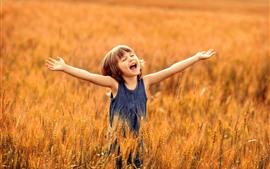 Menina feliz, criança, mãos, campo de trigo