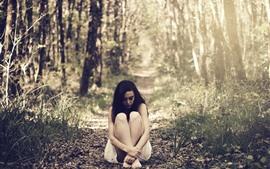 Vorschau des Hintergrundbilder Einsames Mädchen, sitzen auf dem Boden, Bäume, Gras, Sonnenstrahlen