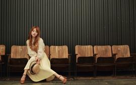 Pelo largo, niña asiática, sombrero, sillas