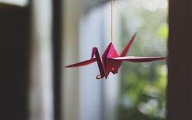 Красный бумажный кран, оригами