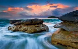 Mar, rocas, nubes, puesta de sol, corriente de agua.