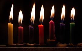 Некоторые свечи, пламя, черный фон