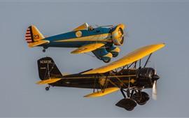 Vorschau des Hintergrundbilder Zwei klassische Flugzeugeflug im Himmel
