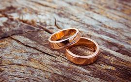Dos anillos, tabla de madera.
