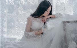 Jupe blanche fille asiatique, mariée, pensant