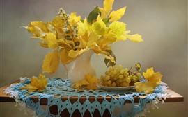 Желтые кленовые листья, виноград, фрукты
