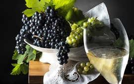 Uvas negras y verdes, vino, fruta, bebidas.