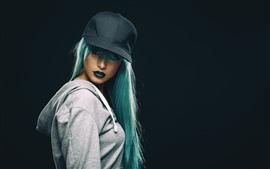 Голубая волосы девушка, шляпа, макияж, черный фон