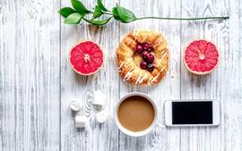 Завтрак, грейпфрут, хлеб, ягоды, кофе