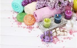 Красочные свечи, полотенце, мыло, сиреневые цветы, спа