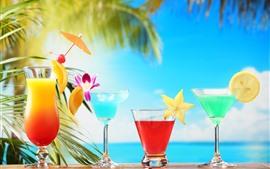 Quatro xícaras de bebidas, coquetel, fatia de frutas, flores, mar, tropical