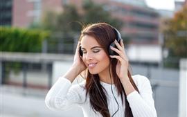Vorschau des Hintergrundbilder Mädchen hören Musik, Kopfhörer, glücklich, braunes Haar