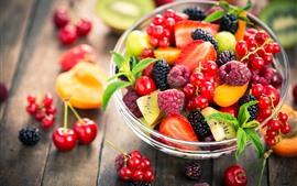 Aperçu fond d'écran Bol en verre, baies, cerise, groseilles, fraise, salade de fruits