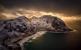 Пляж Квальвика, Норвегия, море, горы, снег, облака, сумерки