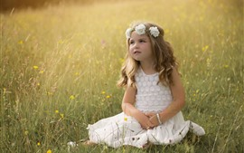 Aperçu fond d'écran Belle petite fille, fleurs, herbe