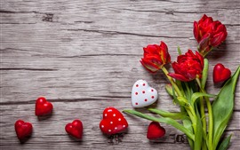 Aperçu fond d'écran Tulipes rouges, coeurs d'amour, planche à bois, romantique