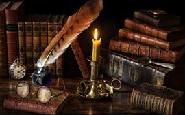 Ainda vida, livros, vela, chama, óculos, relógio, pena de pena