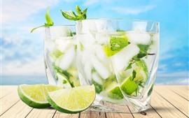 Duas xícaras de cocktail, limão, fatia, bebidas