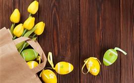 Tulipas amarelas e ovos de Páscoa