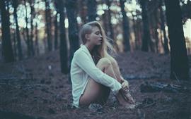 Длинные волосы девушка, сидеть на землю, блузку, лес