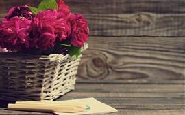 Rosas cor-de-rosa, cesta, lápis