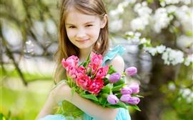 Sorriso menina, tulipas rosa e roxas