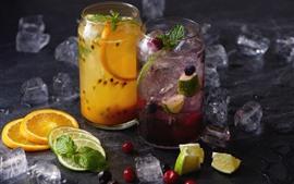 Dos tazas de bebidas, limonada, rebanada de limón, cubitos de hielo